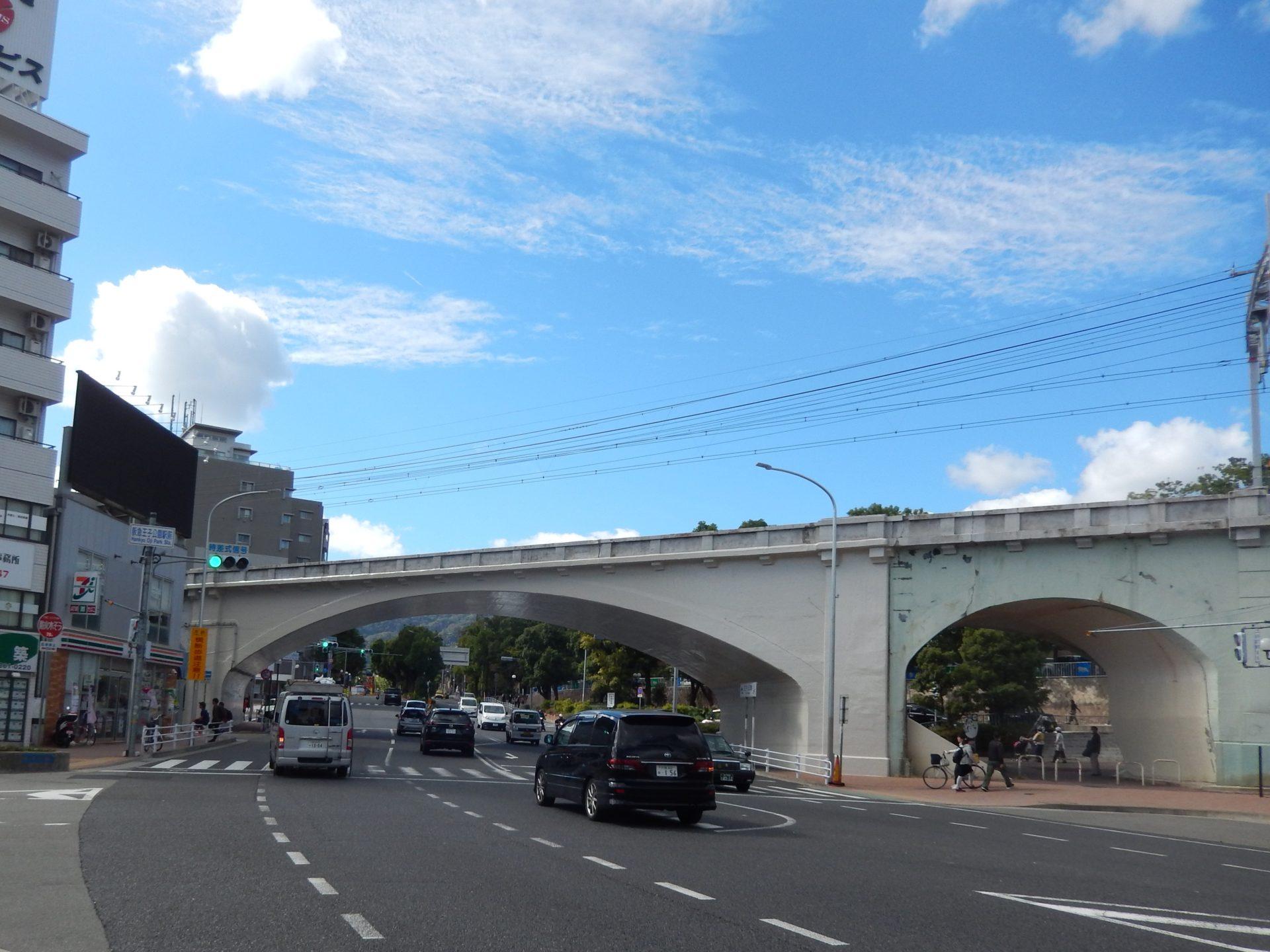 王子公園駅の西で山手幹線を越える原田拱橋(L=65.5m)