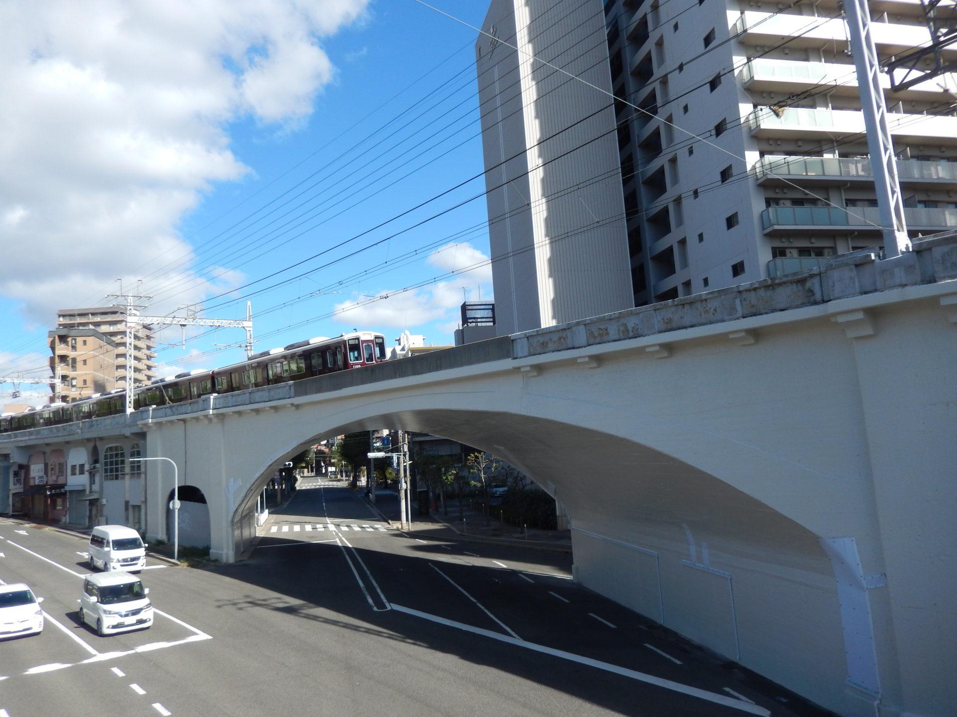 図-2 灘駅の西にある灘拱橋(L=49.07m)、街路と大きく斜交しているのでねじれて見える