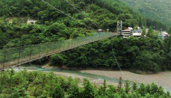 谷瀬の吊り橋- 住民が架けた日本一1)の生活用人道橋