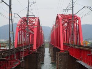 時代の異なる2つの鋼トラス橋が並ぶ南海本線紀ノ川橋梁